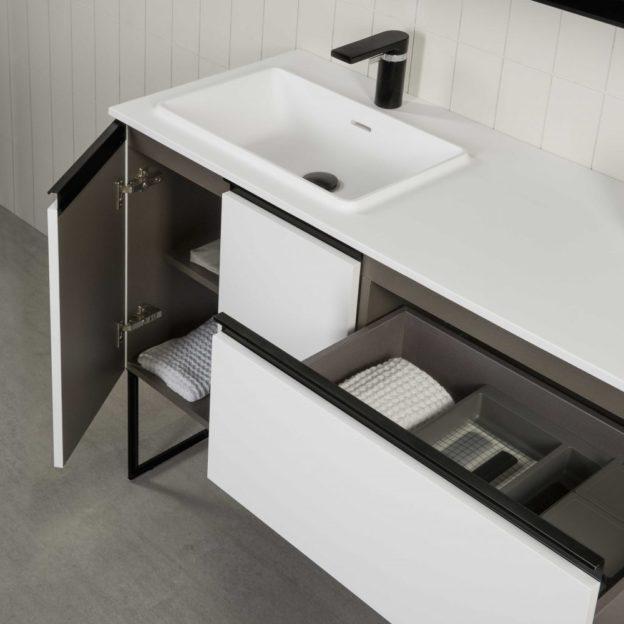 muebles de baño de estilo industrial con grifería negra